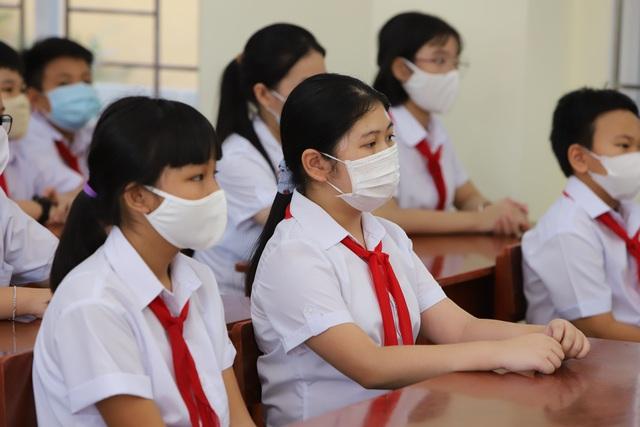 Hàng nghìn học sinh từ lớp 6 đến lớp 12 ở Đà Nẵng bắt đầu trở lại trường học  - Ảnh 14.