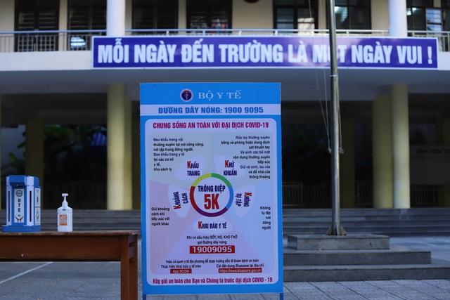 Hàng nghìn học sinh từ lớp 6 đến lớp 12 ở Đà Nẵng bắt đầu trở lại trường học  - Ảnh 6.