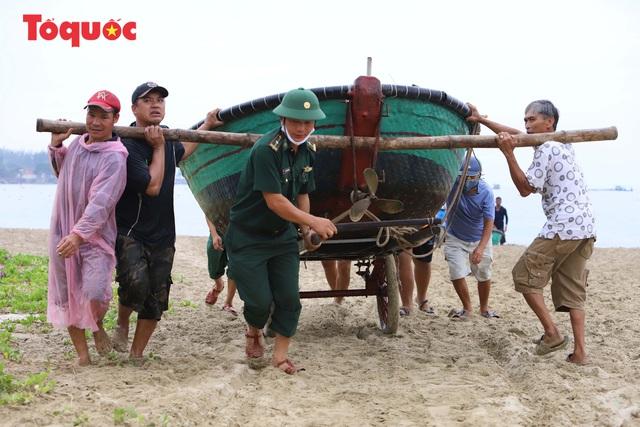 Người Đà Nẵng hối hả phòng chống bão số 5 và mưa lớn - Ảnh 2.