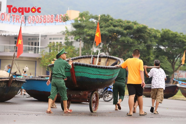 Người Đà Nẵng hối hả phòng chống bão số 5 và mưa lớn - Ảnh 4.