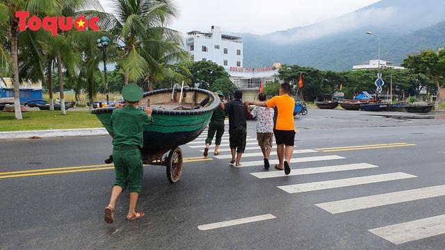 Người Đà Nẵng hối hả phòng chống bão số 5 và mưa lớn - Ảnh 3.