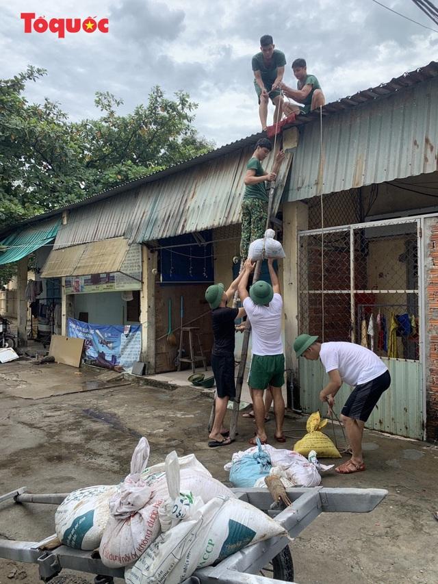 Người Đà Nẵng hối hả phòng chống bão số 5 và mưa lớn - Ảnh 6.