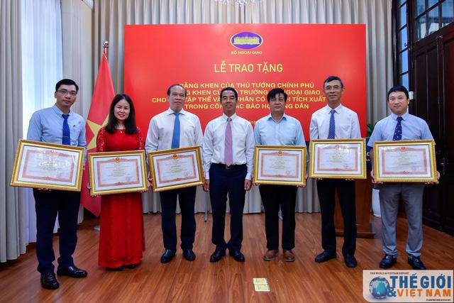 Trao Bằng khen của Thủ tướng và Bộ trưởng Ngoại giao trong công tác bảo hộ công dân - Ảnh 1.