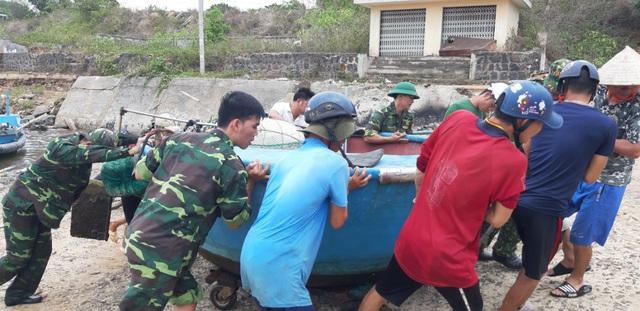 Quảng Trị cho học sinh nghỉ học, tạm hoãn các cuộc họp để tập trung chống bão số 5 - Ảnh 2.