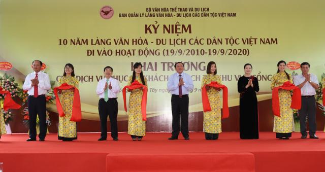 """Thứ trưởng Nguyễn Văn Hùng: """"Giữ gìn bản sắc văn hóa của đồng bào dân tộc là nhiệm vụ chính trị có ý nghĩa quan trọng"""" - Ảnh 4."""