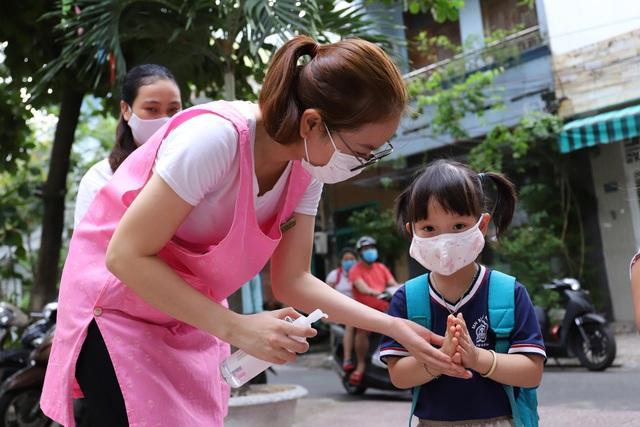 Học sinh mầm non, tiểu học ở Đà Nẵng bắt đầu đến trường học tập trung - Ảnh 4.