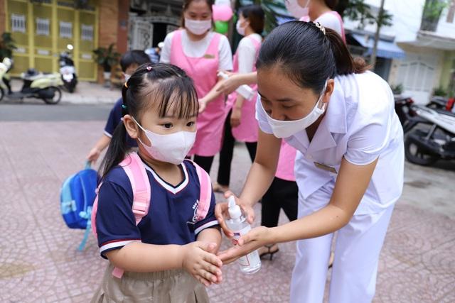 Học sinh mầm non, tiểu học ở Đà Nẵng bắt đầu đến trường học tập trung - Ảnh 9.