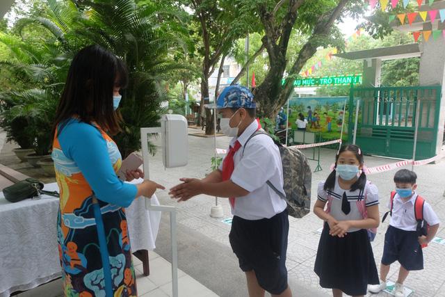 Học sinh mầm non, tiểu học ở Đà Nẵng bắt đầu đến trường học tập trung - Ảnh 6.