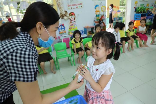 Học sinh mầm non, tiểu học ở Đà Nẵng bắt đầu đến trường học tập trung - Ảnh 14.