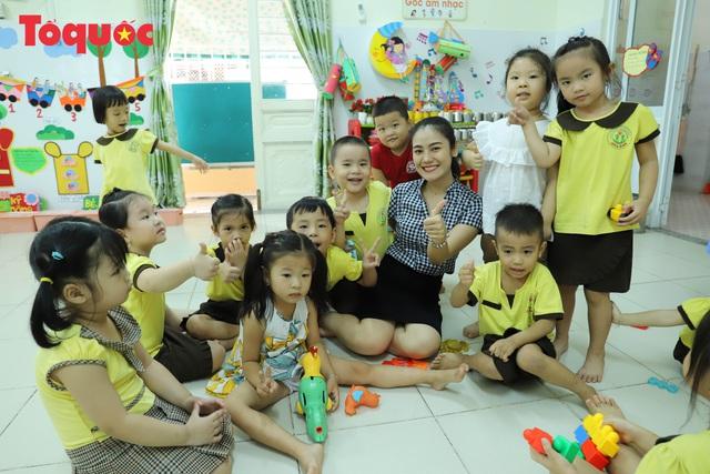 Học sinh mầm non, tiểu học ở Đà Nẵng bắt đầu đến trường học tập trung - Ảnh 1.