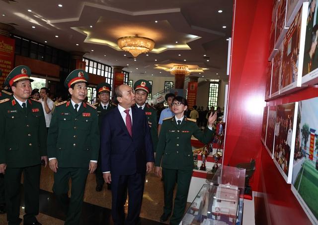 Thủ tướng: Phải tỉnh táo, chủ động ứng phó để giải quyết linh hoạt, hiệu quả mọi tình huống quân sự, quốc phòng - Ảnh 2.