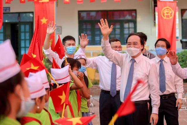 Bộ trưởng Phùng Xuân Nhạ tặng phòng máy vi tính cho trường tiểu học tại Hà Nội - Ảnh 2.