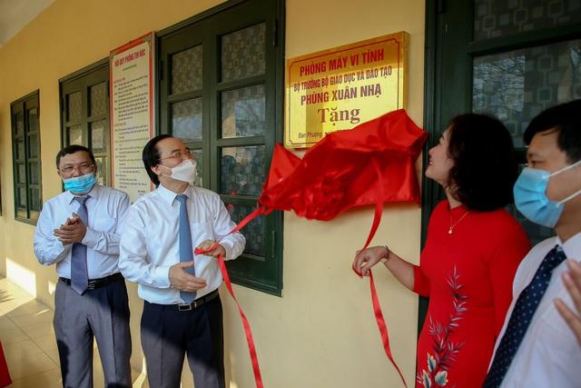 Bộ trưởng Phùng Xuân Nhạ tặng phòng máy vi tính cho trường tiểu học tại Hà Nội - Ảnh 3.
