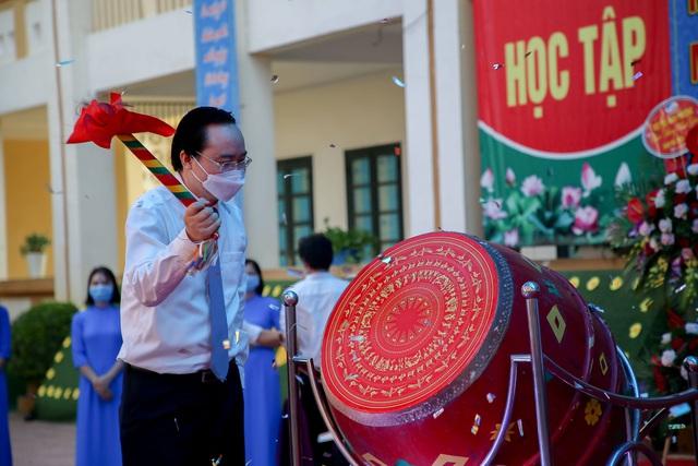 Bộ trưởng Phùng Xuân Nhạ tặng phòng máy vi tính cho trường tiểu học tại Hà Nội - Ảnh 1.