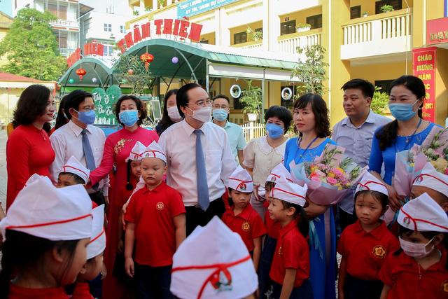 Bộ trưởng Phùng Xuân Nhạ tặng phòng máy vi tính cho trường tiểu học tại Hà Nội - Ảnh 4.