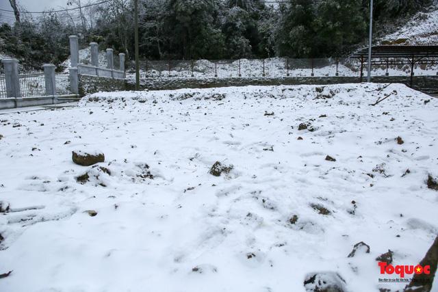 Cận cảnh băng tuyết phủ trắng các triền nùi ở Y Tý - Ảnh 4.