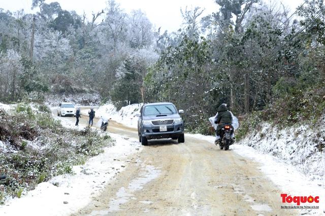 Cận cảnh băng tuyết phủ trắng các triền nùi ở Y Tý - Ảnh 2.