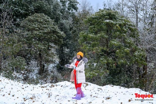 Cận cảnh băng tuyết phủ trắng các triền nùi ở Y Tý - Ảnh 5.