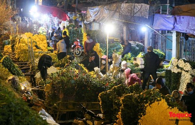 Nhộn nhịp chợ hoa đêm ngày đầu tháng Chạp - Ảnh 5.