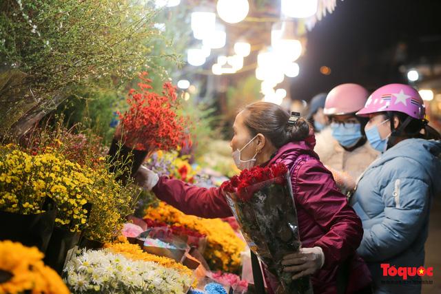 Nhộn nhịp chợ hoa đêm ngày đầu tháng Chạp - Ảnh 7.