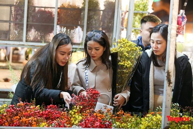 Nhộn nhịp chợ hoa đêm ngày đầu tháng Chạp - Ảnh 12.