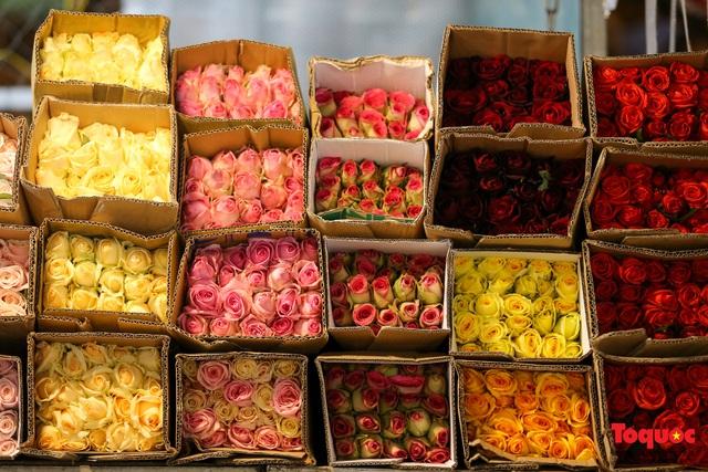 Nhộn nhịp chợ hoa đêm ngày đầu tháng Chạp - Ảnh 10.