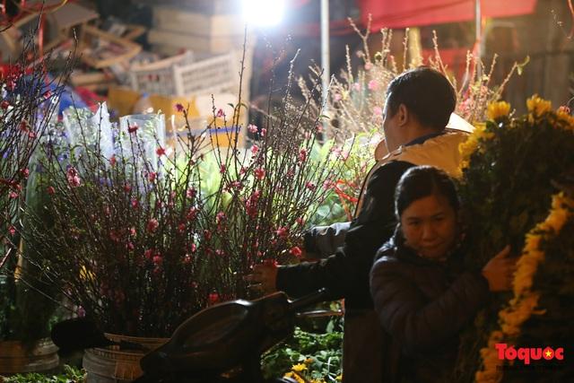 Nhộn nhịp chợ hoa đêm ngày đầu tháng Chạp - Ảnh 14.