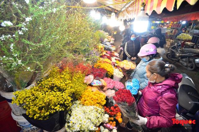 Nhộn nhịp chợ hoa đêm ngày đầu tháng Chạp - Ảnh 8.