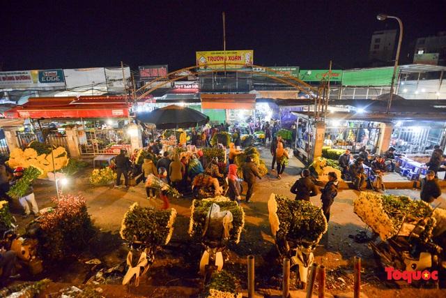 Nhộn nhịp chợ hoa đêm ngày đầu tháng Chạp - Ảnh 1.