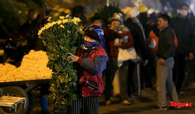 Nhộn nhịp chợ hoa đêm ngày đầu tháng Chạp - Ảnh 4.