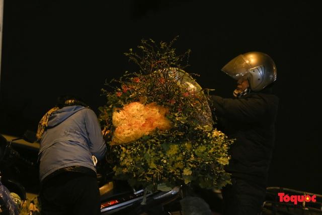 Nhộn nhịp chợ hoa đêm ngày đầu tháng Chạp - Ảnh 15.