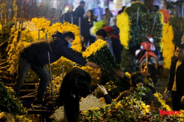 Nhộn nhịp chợ hoa đêm ngày đầu tháng Chạp - Ảnh 2.
