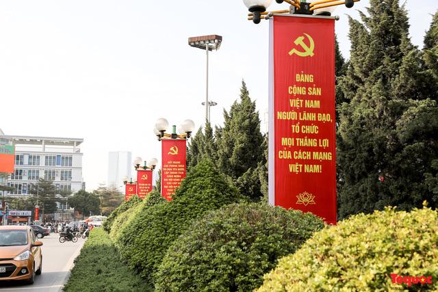 Đường phố Hà Nội trang trí rực rỡ chào mừng Đại hội đại biểu toàn quốc lần thứ XIII của Đảng - Ảnh 2.