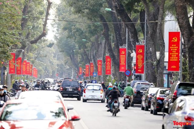 Đường phố Hà Nội trang trí rực rỡ chào mừng Đại hội đại biểu toàn quốc lần thứ XIII của Đảng - Ảnh 1.