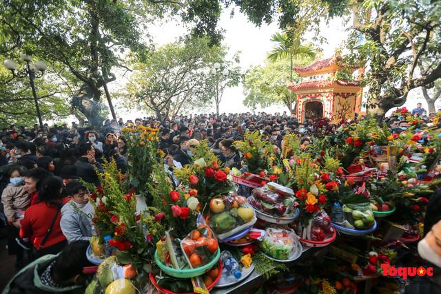 Người Hà Nội đi lễ Phủ Tây Hồ ngày mùng 1 cuối cùng trong năm Canh Tý - Ảnh 2.