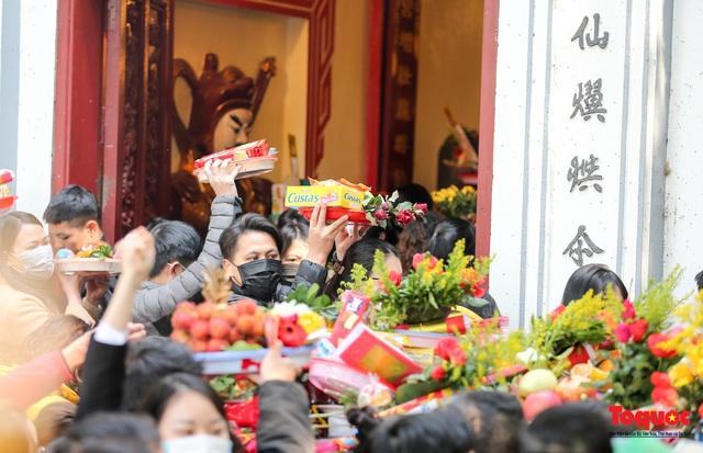 Người Hà Nội đi lễ Phủ Tây Hồ ngày mùng 1 cuối cùng trong năm Canh Tý - Ảnh 7.