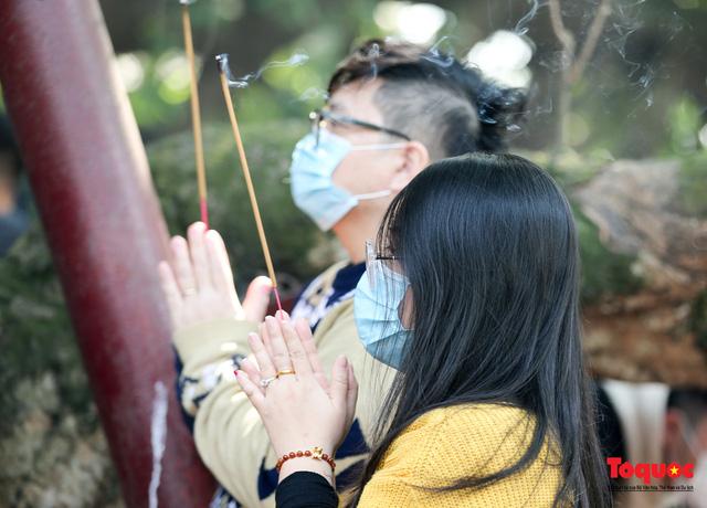 Người Hà Nội đi lễ Phủ Tây Hồ ngày mùng 1 cuối cùng trong năm Canh Tý - Ảnh 9.