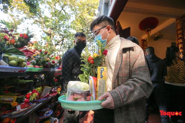 Người Hà Nội đi lễ Phủ Tây Hồ ngày mùng 1 cuối cùng trong năm Canh Tý - Ảnh 4.