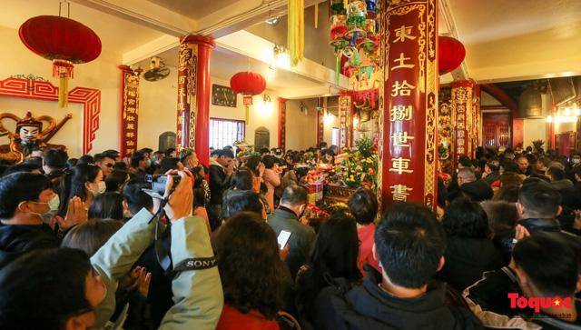 Người Hà Nội đi lễ Phủ Tây Hồ ngày mùng 1 cuối cùng trong năm Canh Tý - Ảnh 3.