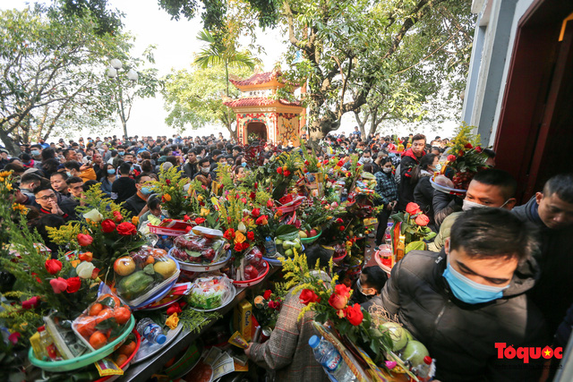 Người Hà Nội đi lễ Phủ Tây Hồ ngày mùng 1 cuối cùng trong năm Canh Tý - Ảnh 11.