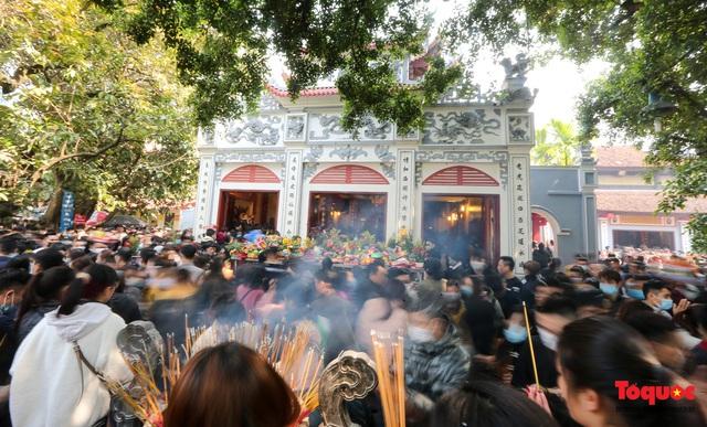 Người Hà Nội đi lễ Phủ Tây Hồ ngày mùng 1 cuối cùng trong năm Canh Tý - Ảnh 1.