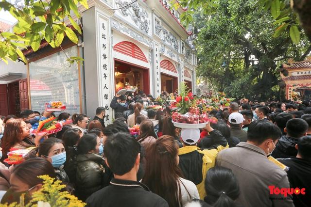 Người Hà Nội đi lễ Phủ Tây Hồ ngày mùng 1 cuối cùng trong năm Canh Tý - Ảnh 5.
