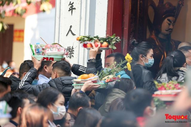 Người Hà Nội đi lễ Phủ Tây Hồ ngày mùng 1 cuối cùng trong năm Canh Tý - Ảnh 6.