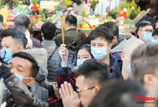 Người Hà Nội đi lễ Phủ Tây Hồ ngày mùng 1 cuối cùng trong năm Canh Tý - Ảnh 10.