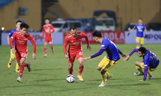 Luật thi đấu bóng đá mùa giải 2020/2021: Làm rõ hơn các tình huống chơi bóng bằng tay - Ảnh 1.