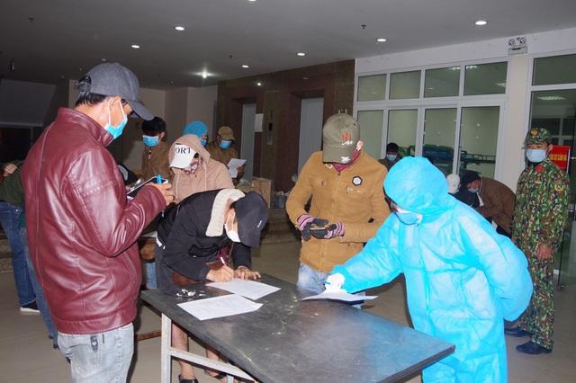 Tiếp nhận, cách ly 67 công dân trở về từ Lào - Ảnh 1.