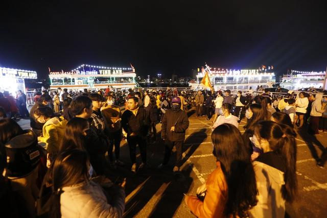 Du khách hào hứng trải nghiệm du thuyền miễn phí ngắm sông Hàn lung linh về đêm  - Ảnh 1.