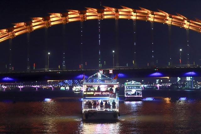Du khách hào hứng trải nghiệm du thuyền miễn phí ngắm sông Hàn lung linh về đêm  - Ảnh 11.