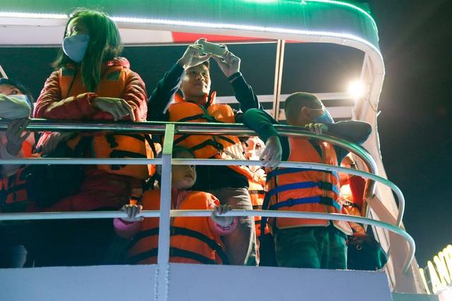 Du khách hào hứng trải nghiệm du thuyền miễn phí ngắm sông Hàn lung linh về đêm  - Ảnh 12.