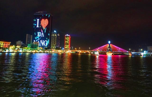 Du khách hào hứng trải nghiệm du thuyền miễn phí ngắm sông Hàn lung linh về đêm  - Ảnh 13.